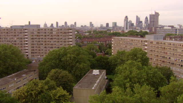 ws view of looking across heygate estate and elephant and castle and london skyline / london, greater london, united kingdom - 住宅開発点の映像素材/bロール