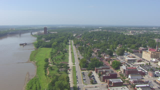 ws aerial pan view of looking south down missouri river and historic district / st charles, missouri, united states - ミズーリ州点の映像素材/bロール