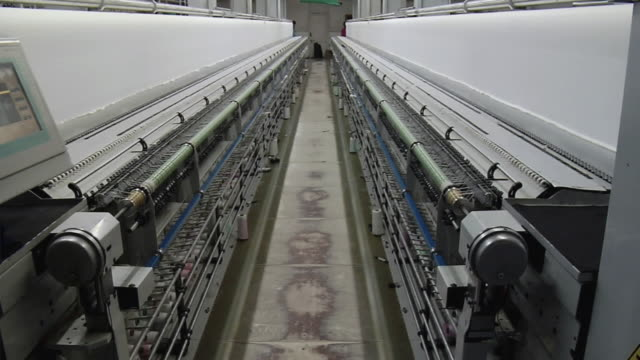 ms tu view of loom, kanakaria textile mills / ahemdabad, gujarat, india  - 製造用機械点の映像素材/bロール