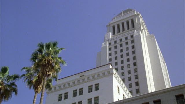 vídeos y material grabado en eventos de stock de ms tu view of los angeles city hall / los angeles, california, united states - edificio gubernamental