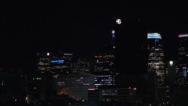 stockvideo's en b-roll-footage met ws view of los angeles downtown skyline / los angeles, california, united states - 1991