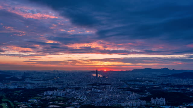 vidéos et rushes de view of lotte world tower (one of the tallest buildings in korea) area at sunset - coucher de soleil