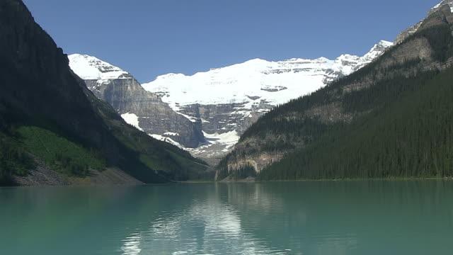 WS View of Louise Lake in Banff Nationalpark / Lake Louise, Alberta, Canada