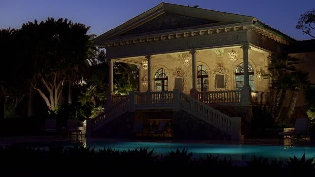 vídeos y material grabado en eventos de stock de ws view of luxury home at dusk / malibu, california, usa - menos de diez segundos