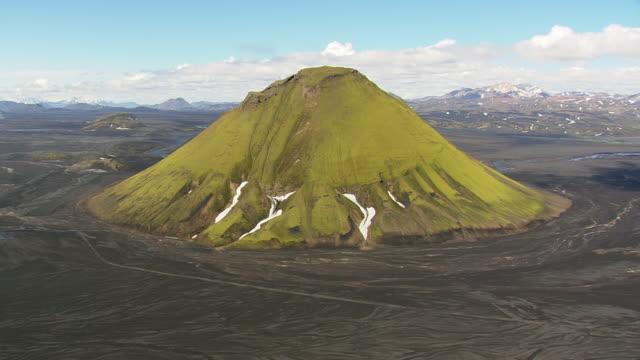 vidéos et rushes de ws aerial zi zo view of maelifell green volcano mountain / iceland - volcan