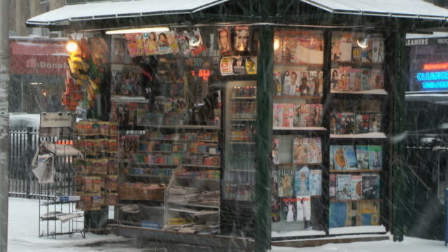vidéos et rushes de ws view of magazine newsstand in snow / new york city, new york, usa  - kiosque à journaux