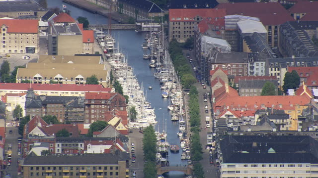 ws aerial zo view of main canal in christianshavn / copenhagen, denmark - オーレスン地域点の映像素材/bロール