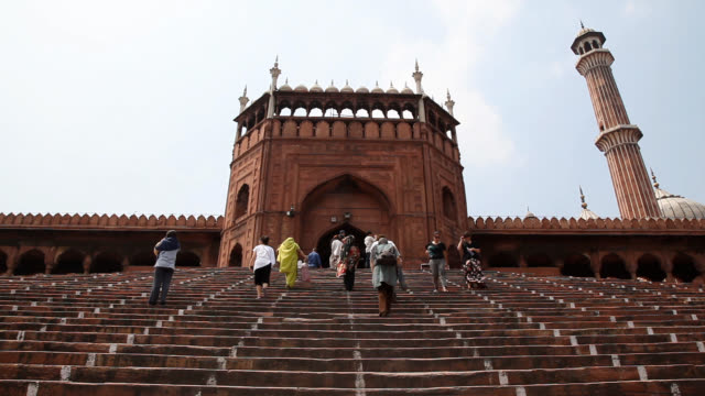 stockvideo's en b-roll-footage met view of main entrance of masjid-i jahān-numā (known as the jama masjid of delhi; one of the largest mosques in india) - oude stad