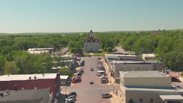 ms aerial view of main street and courthouse / cottonwood falls, kansas, united states - tilta ner bildbanksvideor och videomaterial från bakom kulisserna