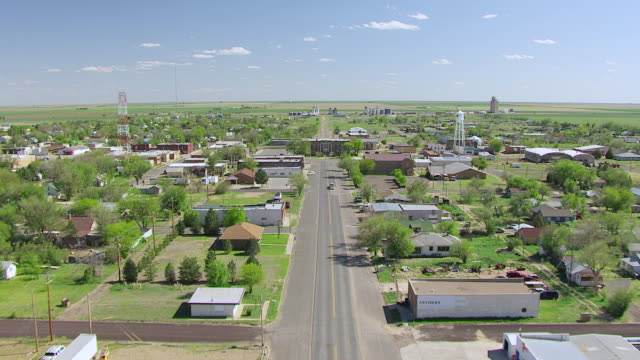 ws aerial view of main street into town with courthouse / boise city, oklahoma, united states - scena rurale video stock e b–roll