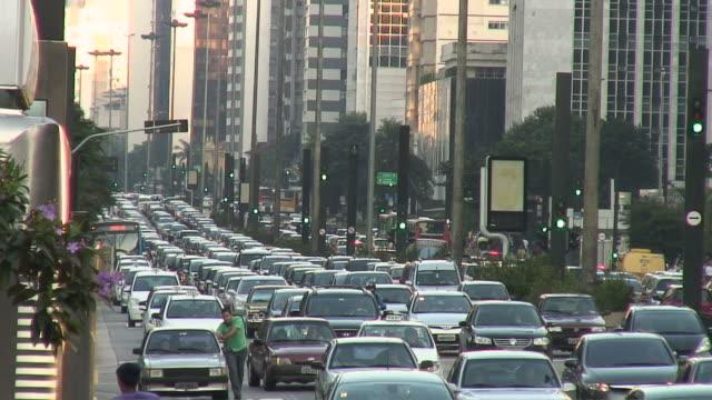 vídeos de stock, filmes e b-roll de ws view of main street with traffic / sao paolo, brasil - engarrafamento