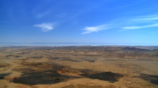ws td view of makhtesh ramon crater from mitzpe ramon / mitzpe ramon, negev desert, israel - 隕石孔点の映像素材/bロール