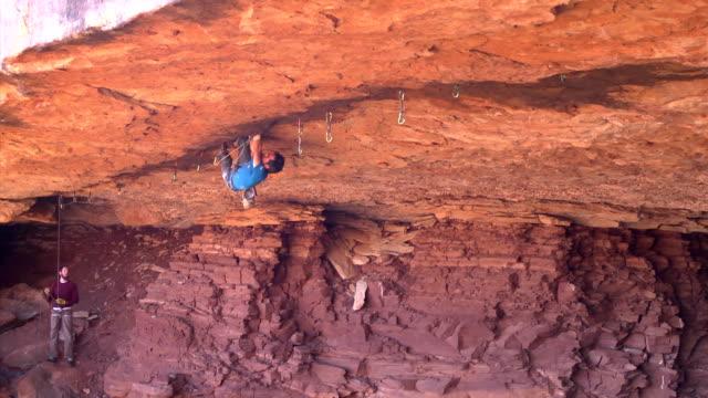 vídeos y material grabado en eventos de stock de ws zo view of male climber climbing crack upside down / moab, utah, united states - artículo de montañismo