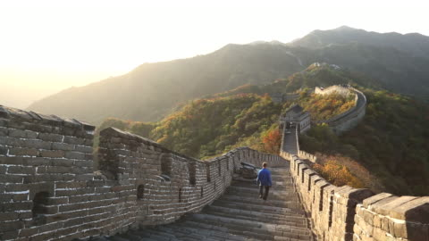 stockvideo's en b-roll-footage met ws view of male walking on great wall of china mutianyu / huairou,â china - unesco world heritage site