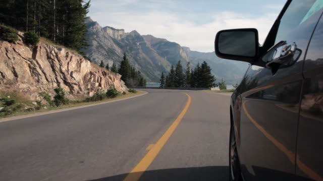 vídeos y material grabado en eventos de stock de pov view of man driving along mountain road - retrovisor exterior