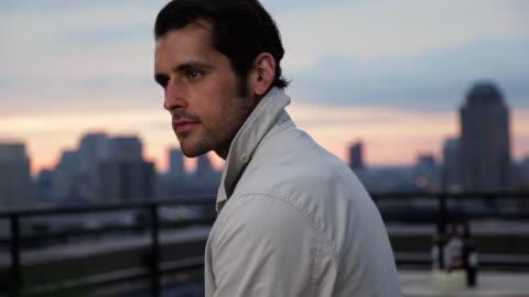 vídeos y material grabado en eventos de stock de ms pan view of man standing in rooftop / brooklyn, new york, united states - tejado