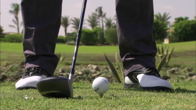 vidéos et rushes de ecu view of man swinging in golf club / cairo, egypt - swing de golf