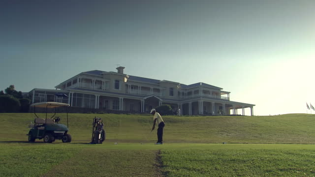 vidéos et rushes de ws la view of man teeing off, lodge at princeå«s grant, princeå«s grant golf estate / kwazulu-natal, south africa - couvre chef