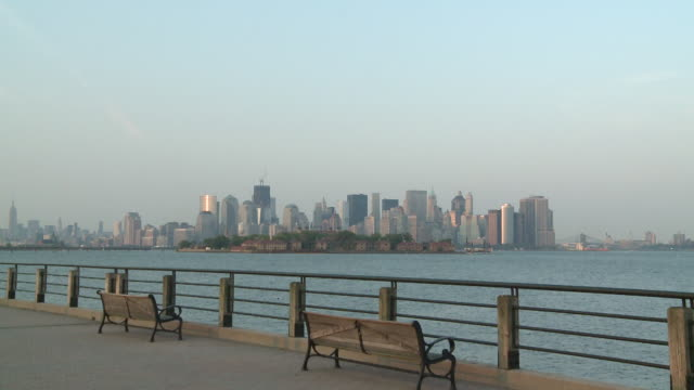 ms view of manhattan from liberty state park promenade / jersey city, new jersey, united states - ジャージーシティ点の映像素材/bロール
