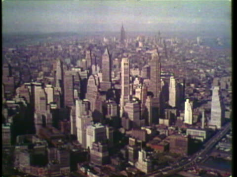 vidéos et rushes de 1953 ws zi zo tu aerial view of manhattan skyline and rockefeller center / new york city, new york, usa / audio - 1953