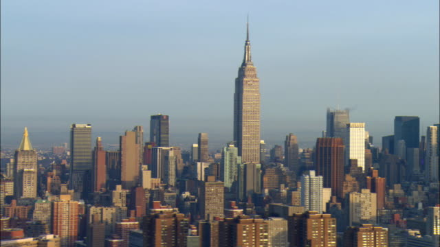 ws pan view of manhattan skyline with empire state building / new york city, new york, usa - empire state building stock videos & royalty-free footage