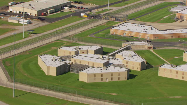 stockvideo's en b-roll-footage met ws ts zo aerial view of mansfield correctional institution in richland county with barbed wire fence / mansfield, ohio, united states - ohio
