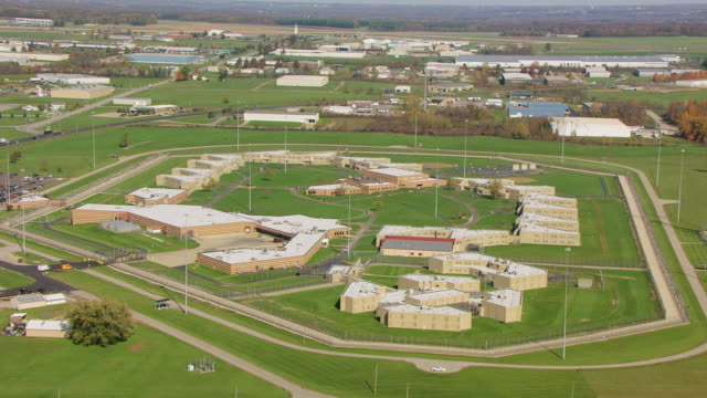 stockvideo's en b-roll-footage met ws aerial view of mansfield correctional institution in richland county with barbed wire fence / mansfield, ohio, united states - ohio