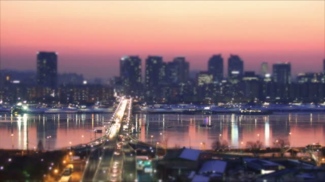 stockvideo's en b-roll-footage met ws t/l view of mapo area and wonhyodaegyo bridge at sunset / seoul, south korea  - scherpte