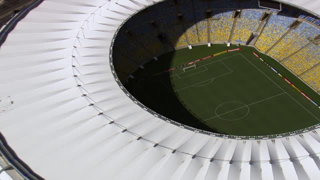 vidéos et rushes de ws aerial zi view of maracana stadium / rio de janeiro, brazil - brésilien