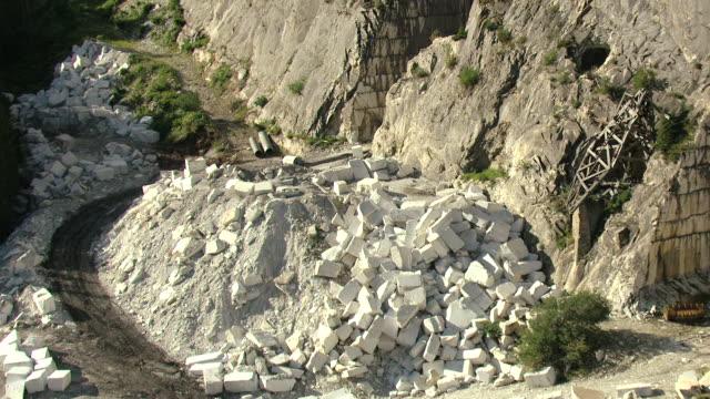 vídeos y material grabado en eventos de stock de ms zi aerial view of marble blocks sitting on mountainside and mine entrance / marble, colorado, united states - mina