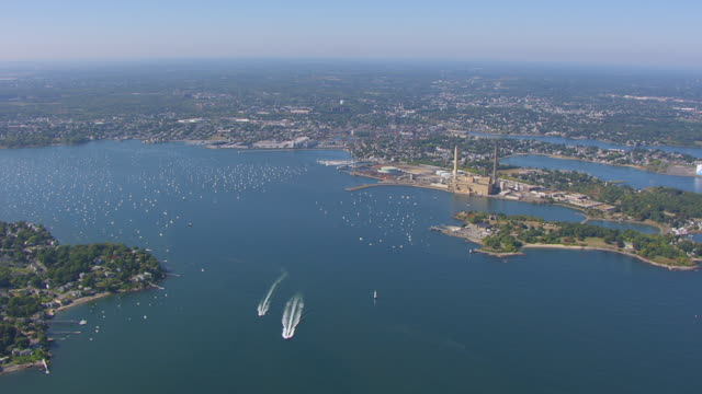 vídeos de stock e filmes b-roll de ws aerial pov td view of marblehead peninsula and salem sound coastline with salem harbour / marblehead, massachusetts, united states - inclinação para baixo