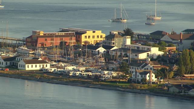 vídeos de stock, filmes e b-roll de ws aerial zi view of marina and historic buildings / port townsend, washington, united states - pacífico norte