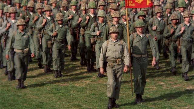 vidéos et rushes de ms view of marines in full dress parade - armement