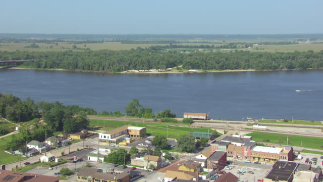 ws aerial view of mark twains boyhood home and mississippi river in back side / hannibal, missouri, united states - mark twain stock videos & royalty-free footage