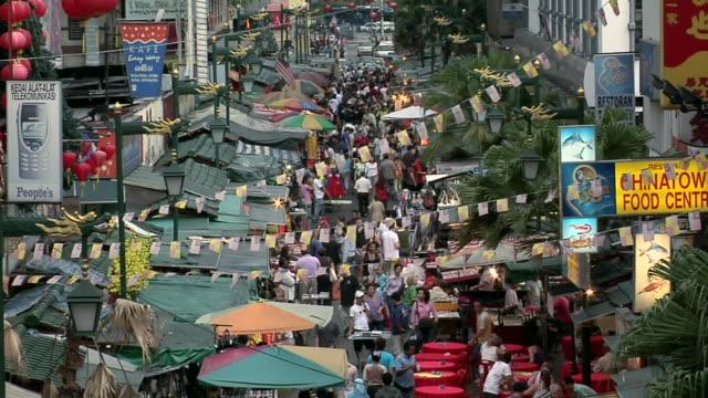 ws view of market scene of jalan hang lekir in chinatown / kuala lumpur, malaysia   - kuala lumpur点の映像素材/bロール