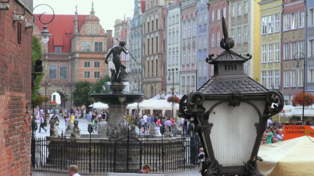 ws view of market square dlugi targ and neptun fountain in old town / gdansk, baltic coast, poland - 干草用熊手点の映像素材/bロール