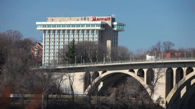 vidéos et rushes de view of marriott hotel in arlington virginia as seen from georgetown / key bridge in view marriott hotel on february 26 2012 in arlington virginia - georgetown washington dc