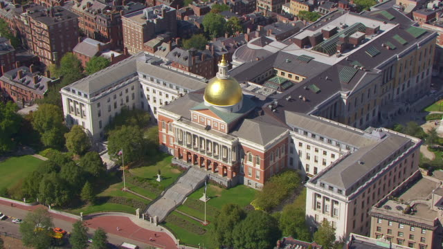 vidéos et rushes de ws aerial pov view of massachusetts state house with beacon hill neighbourhood / boston, massachusetts, united states  - style néoclassique