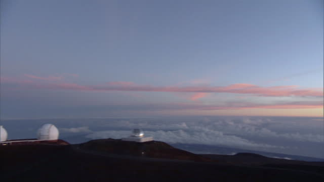 ws pan view of  mauna kea observatory at sunrise / hilo, hawaii, usa - hilo stock videos & royalty-free footage