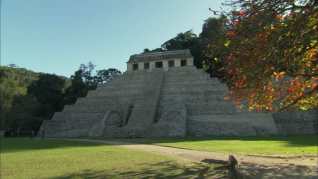 ws zi view of mayan pyramid / palenque, chiapas, mexico - palenque stock-videos und b-roll-filmmaterial