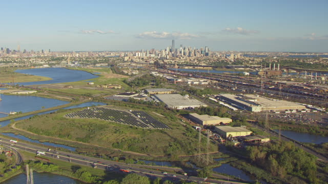 ws aerial view of meadowlands landfill solar farm with manhattan in in distance / new jersey, united states - 埋め立てごみ処理地点の映像素材/bロール