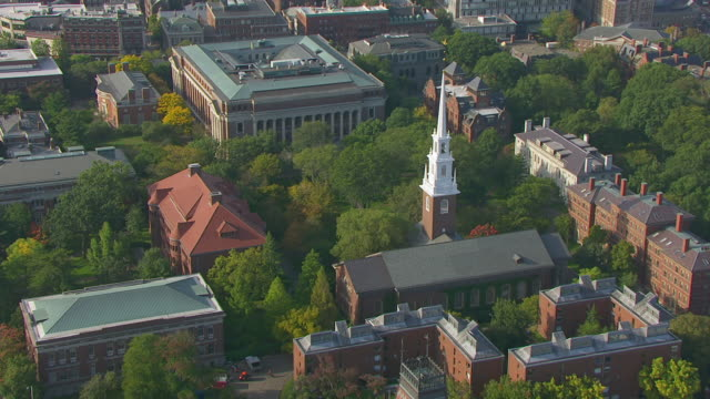 stockvideo's en b-roll-footage met ws zi aerial pov view of memorial church and widener library in harvard yard / cambridge, massachusetts, united states - harvard university