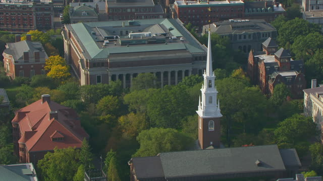 stockvideo's en b-roll-footage met ws aerial pov view of memorial church in harvard yard, widener library in background / cambridge, massachusetts, united states - harvard university