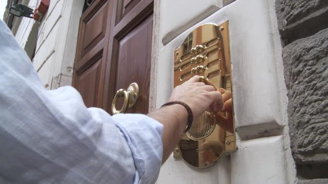 vídeos de stock e filmes b-roll de ms cu view of men ring door bell / pollenì¤a, majorque, spain - ring