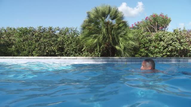 stockvideo's en b-roll-footage met ms view of men swimming in swimming pool / palma de majorque, majorque, spain - buitenbad