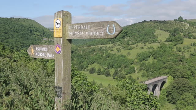 vidéos et rushes de view of mensal dale from mensal head, peak district national park, derbyshire, england uk, europe - indication de direction