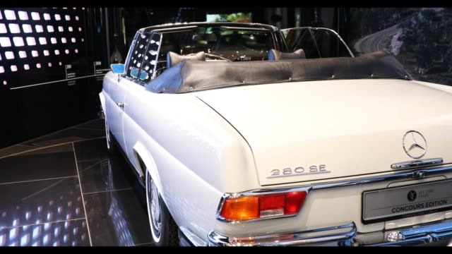 view of mercedes-benz 280 se 3.5 cabriolet at mercedes-benz gallery, in berlin, germany, on february 18, 2019. - mercedes benz markenname stock-videos und b-roll-filmmaterial