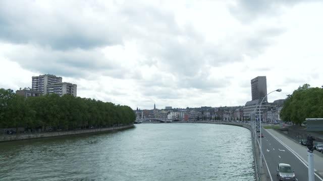 vidéos et rushes de ws t/l view of meuse river in liege / liege, wallonia, belgium - belgique
