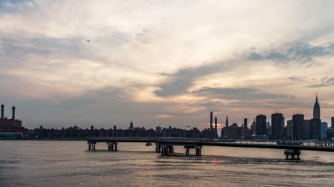 vidéos et rushes de t/l ws vue de midtown manhattan au coucher du soleil, nyc - long island