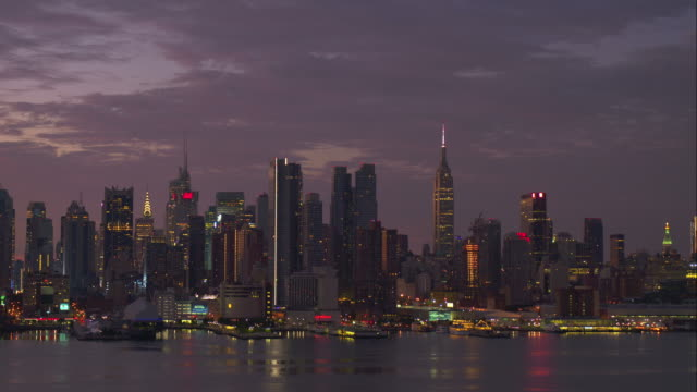 view of midtown manhattan from across hudson river during early evening hours - establishing shot点の映像素材/bロール